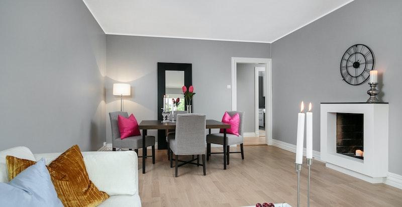 Stue med god plass plass til sofa og spisebord.