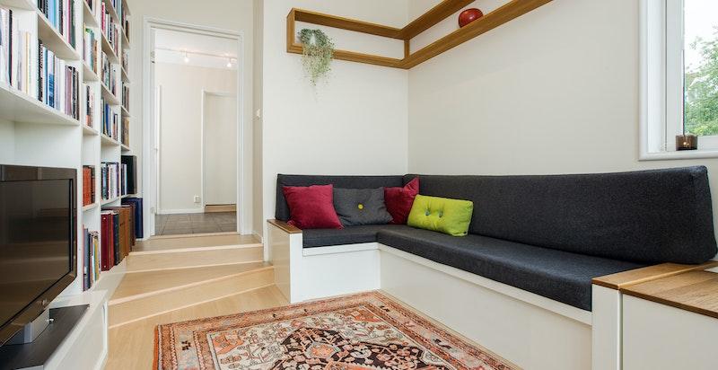 Plassbygget benk i TV-stuen/bibliotek