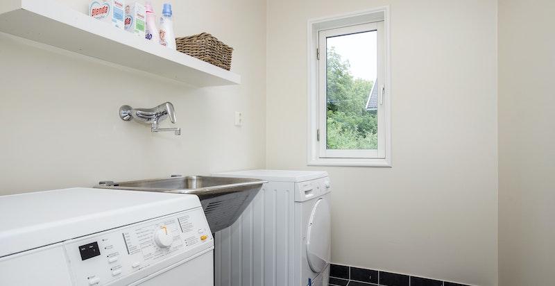 Flislagt og romslig vaskerom i 2. etasje