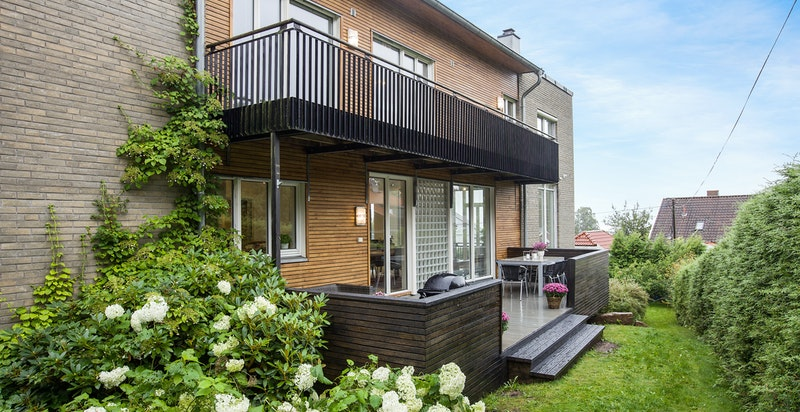 Fasade og terrasse utenfor bl.a. spisestuen i 1. etasje