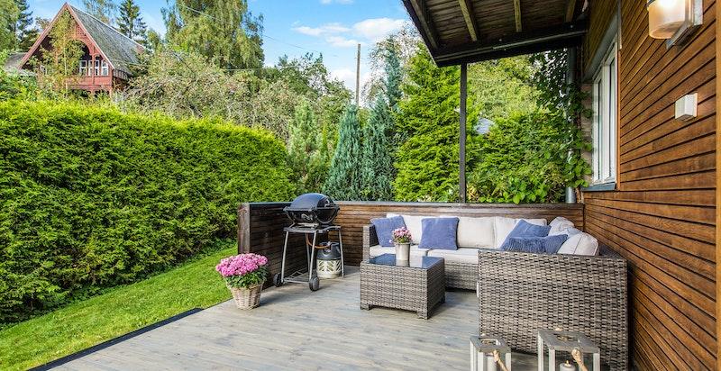 Solrik terrasse med lun og fin spiseplass