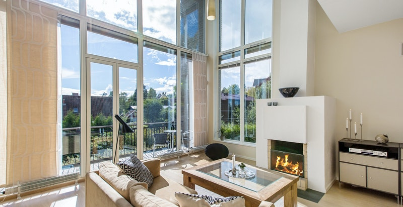 Stue med flott lys via store vinduer og diskret downlights i himling