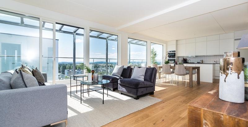 Stuen er lys og romslig med god plass til flere salonger og spisebord.