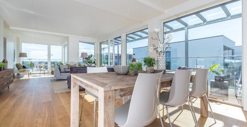 Lys og romslig stue med utgang til stor terrasse på ca. 87 kvm.