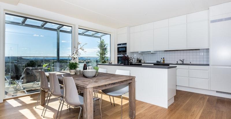 Mellom kjøkkenet og stuen er det plass til spisestue, noe som også gir et naturlig avbrekk i rommet og en sosial arena mellom de åpne rommene.