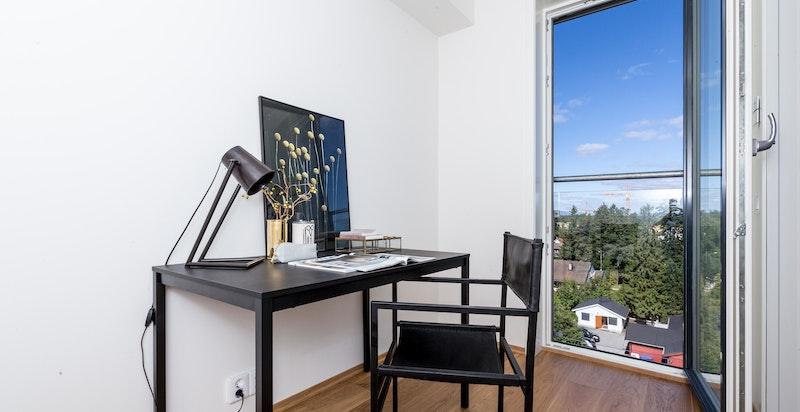 Lyst og hyggelig kontor/walk-in-closet med inngang fra hovedsoverom.