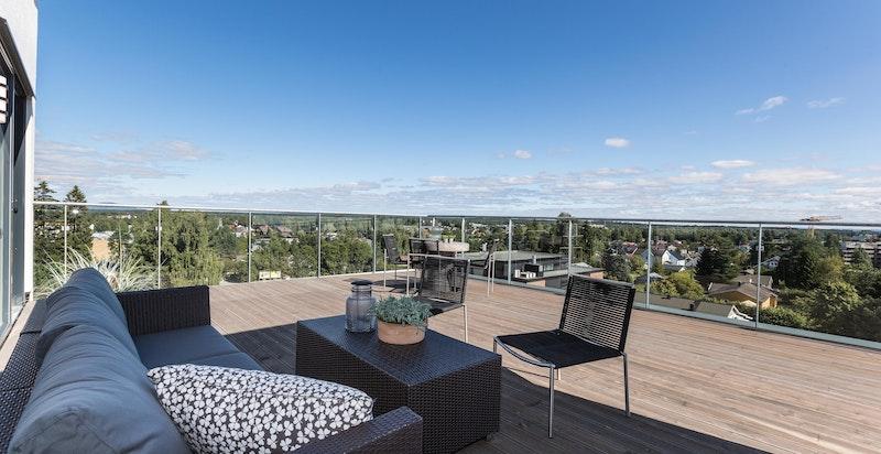 Velkommen til denne fantastiske 4(5)-roms toppleiligheten med hele 87 kvm terrasse!
