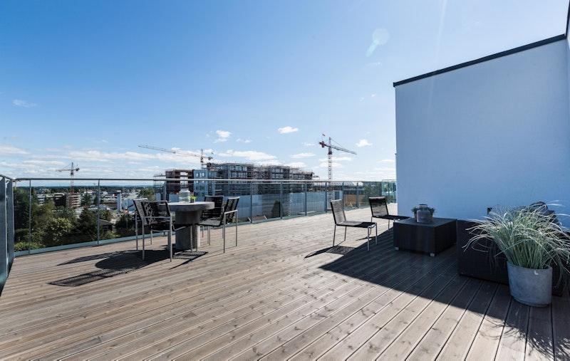Boligen har en stor, privat terrasse på hele 87 kvm med gode sol- og utsiktsforhold.