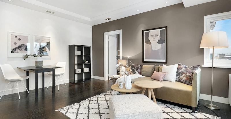 Romslig stue med god plass til til både salong og spisestue