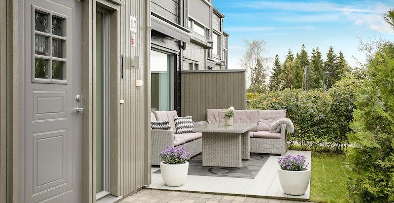 Terrasse på husets vestside med god ettermiddags- og kveldssol