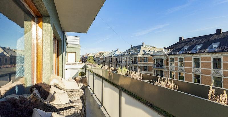 Hyggelig balkong med vid utsikt. Beliggende høyt og fritt