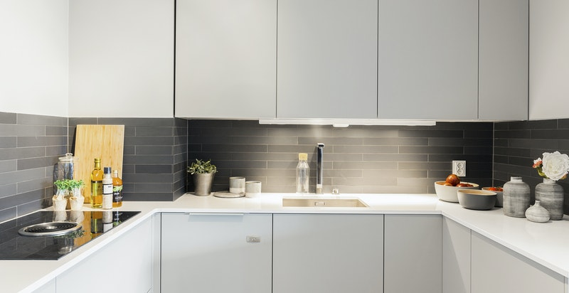Integrert komfyr fra Gaggenau, kombinert kjøle-/fryseskap fra Miele, oppvaskmaskin med 2 separate skuffer og godt med skapplass