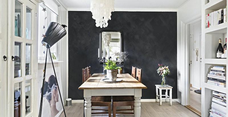 Rommet er malt i tidsriktige farger med kalkmaling på kontrastvegg.