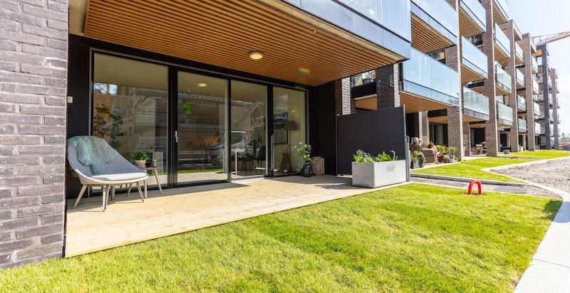 Velkommen til Kolbotn Hage C101 - Ny 3-roms endeleilighet med solrik vestvendt markterrasse, garasjeplass, heis og god standard. Meget attraktiv og sentrumsnær beliggenhet.