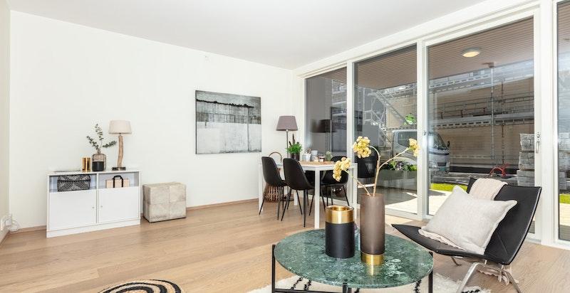 Leiligjheten har lyse flater og lekker 1-stavs hvitlasert eikeparkett i stue/kjøkken og soverom.