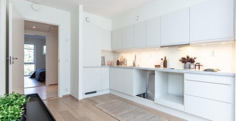 Det er avsatt plass og opplegg for oppvaskmaskin, stekeovn og skrog/fronter til komibskap. Kjøkkenet leveres med hel benkeplate uten hulltaking for platetopp.
