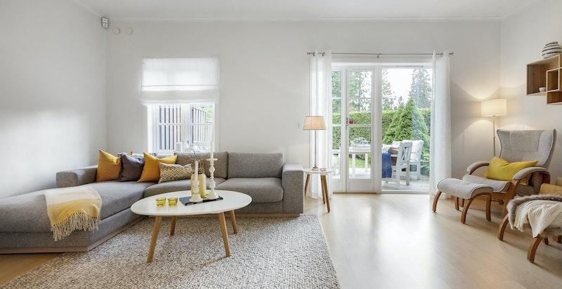 Lys og pen stue med direkte utgang til terrasseplatting