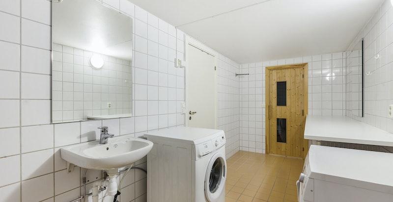 Vaskerom med dusjsone og badstue