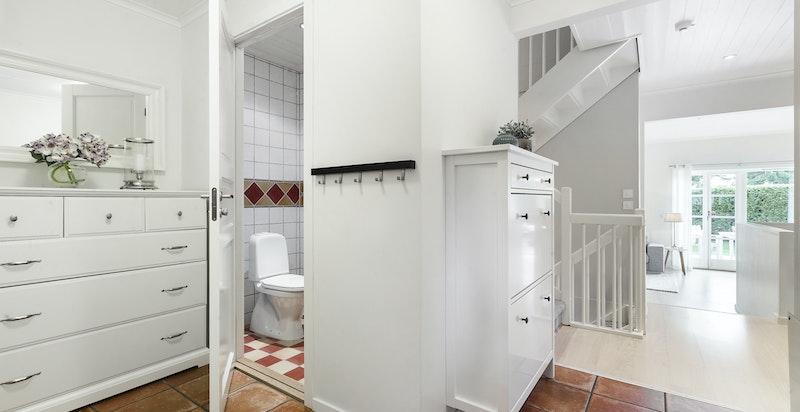 Entré/hall med trapp ned til underetasjen