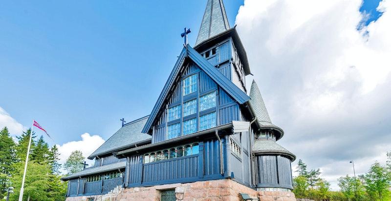 Eiendommen ligger rett ovenfor Holmenkollen kapell