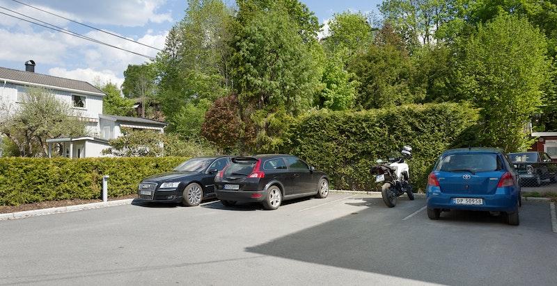 Parkeringsplasser der de to til venstre tilhører sekson 2 og den med motorsykkel tilhører seksjon 3.