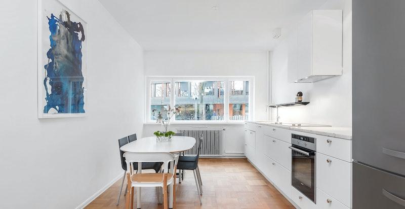 Lekkert kjøkken m/ spiseplass og innredning fra 2015. Italiensk marmor benkeplate.