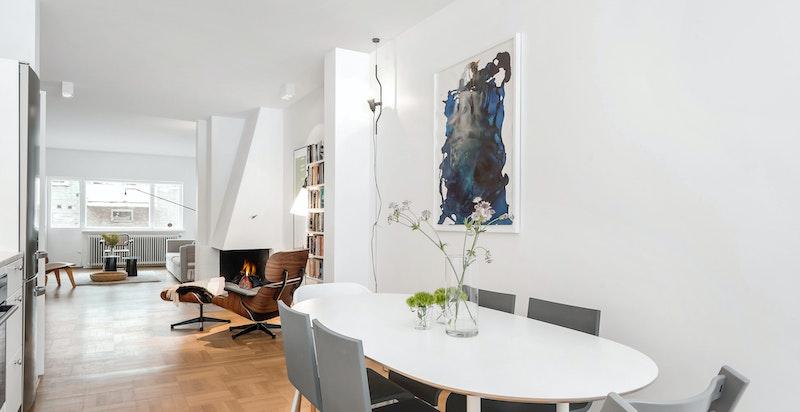Kjøkken m/ spiseplass i åpen løsning mot forstue og stue