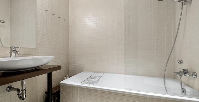 Bad 2 med badekar i 1. etg