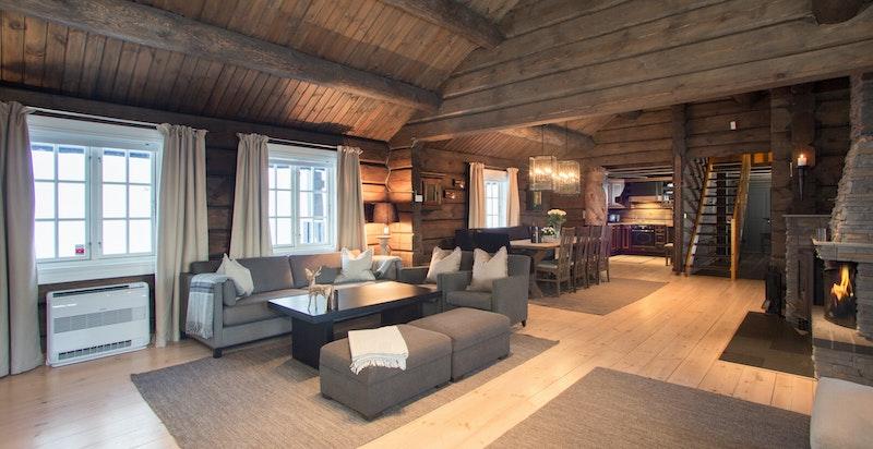 Stor og hyggelig stue med peis og vedovn
