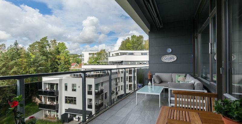 Vestvendt balkong på 16 m² med ettermiddags- og kveldssol, samt hyggelig utsikt