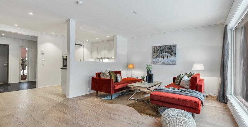 Lys og luftig stue med utgang til terrasse og hage.