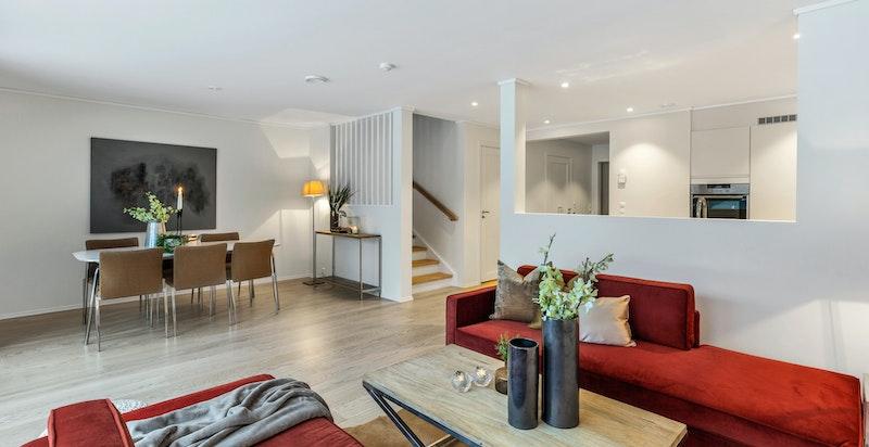 Velkommen til Langbråten 67 - et nytt og innholdsrikt rekkehus over tre plan med 3 stuer, 3 soverom og 2 bad.