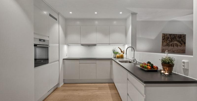 Kjøkkeninnredning fra anerkjente HTH i modellen Next med hvite, matte fronter og skuffer med demping.