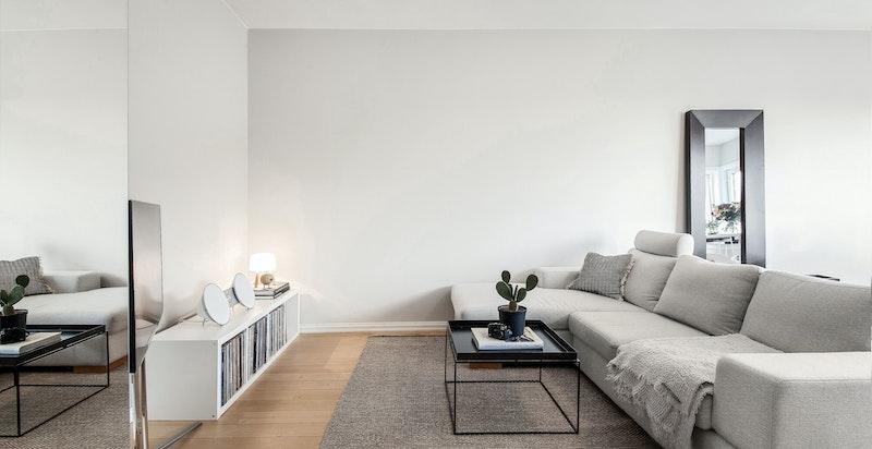 Romslig stue med plass til sofagruppe og spisegruppe