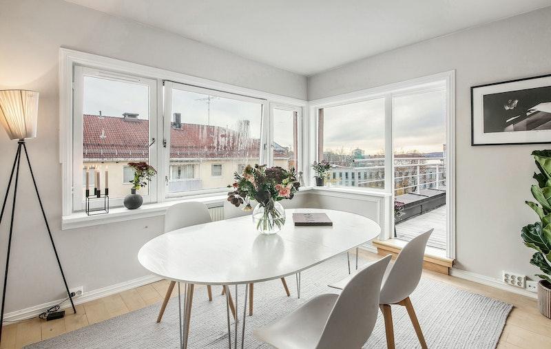 Store vinduer og sjøutsyn fra spisestue. Utgang til solrik terrasse