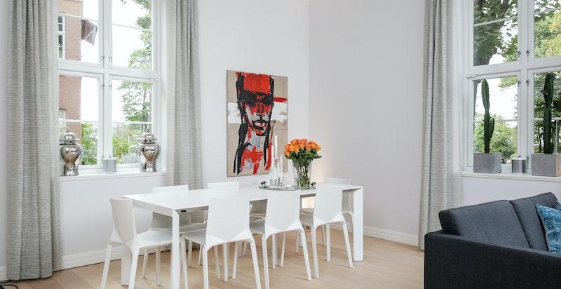 Luftig stue med spiseplass