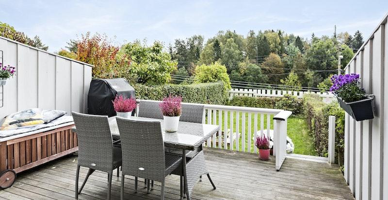 Meget solrik og usjenert terrasse - sol fra morgen til sen ettermiddag/kveld