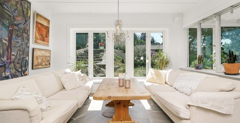 Store vindusflater tar gir godt lys, luft og bringer omgivelsene inn i boligen.