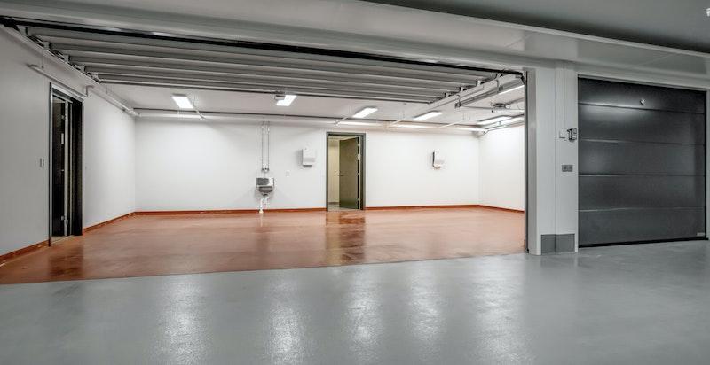 Det medfølger 3 garasjeplasser tilknyttet private boder på ca .20 m²
