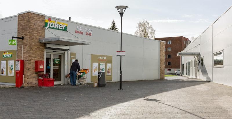 Dagligvarehandelen kan gjøres ved Kiwi Ellingsrud og Joker Ellingsrudåsen, begge i kort gangavstand fra boligen. Nærliggende Metro senter har et godt utvalg av butikker.