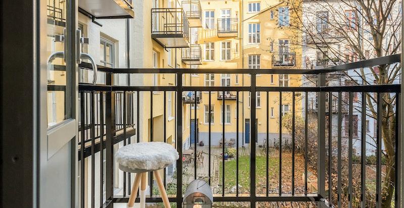 Ny balkong som vender mot rolig bakgård