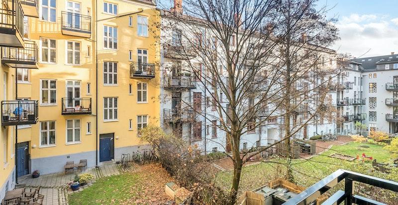 Utsyn fra balkongen mot bakgård/fellesområder