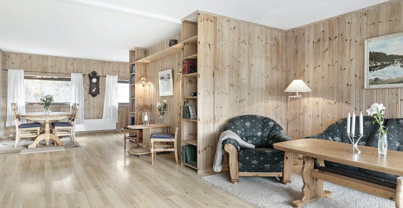Stuen har god plass til spisestuemøblement - enkelte har og laget et ekstra rom i denne enden.