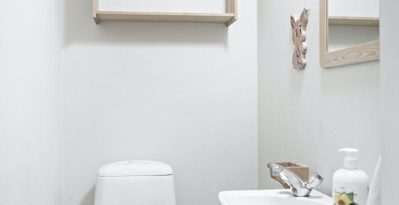 Separat toalett.