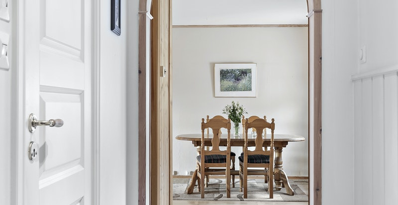 Velkommen inn - her ser man fra inngangsdøren og inn til spisestuen. Bad til venstre og soverommene mot høyre.