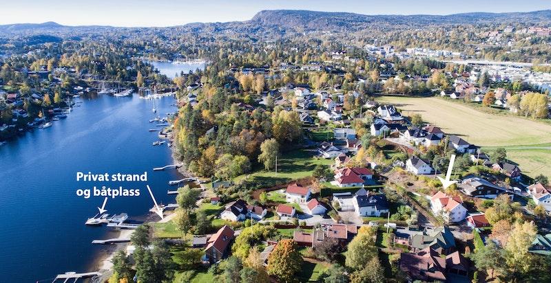 Flyfoto av området med avmerket båtplass og strandparsell