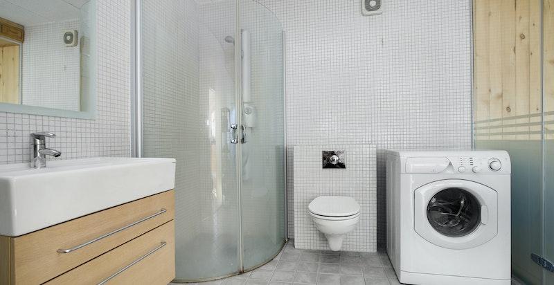 Bad i underetasjen med glassvegg mot badstue