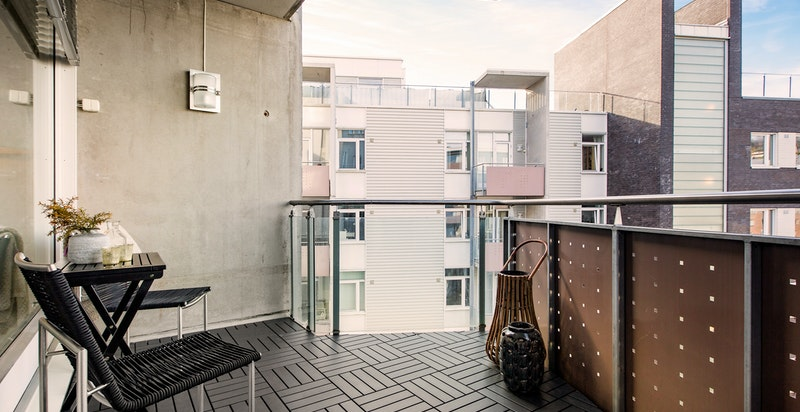 Fra stuen er det utgang til romslig vestvendt balkong.