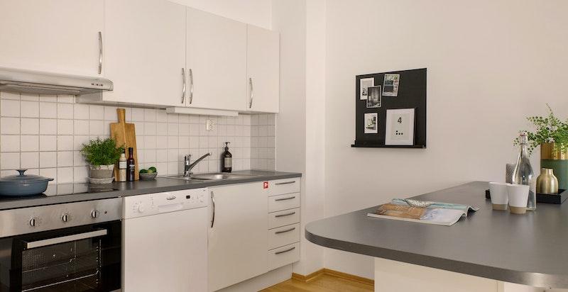 Kjøkkenet har god skap- og benkeplass.