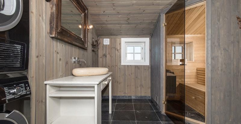 Bad i 2. etg. med badstue og plass til vaskesøyle